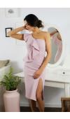 Elegancka, dopasowana do sylwetki sukienka z odsłoniętym ramieniem w kolorze pudrowego różu.