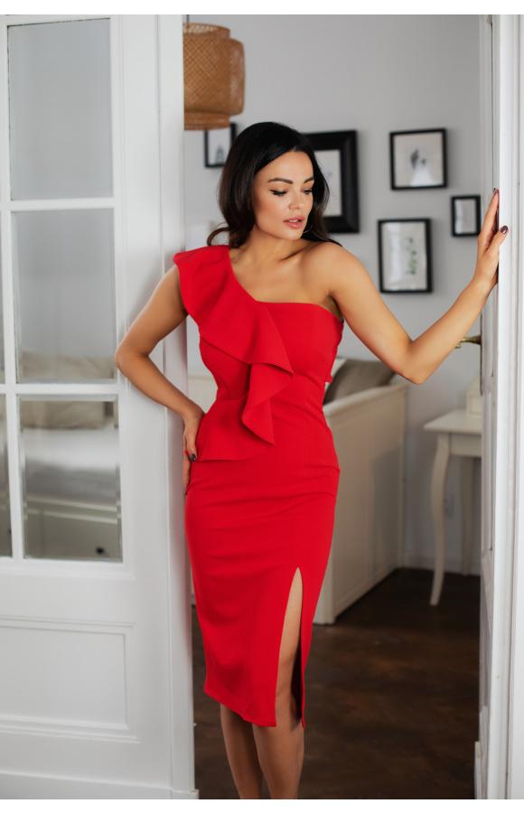 Zmysłowa, czerwona sukienka na wieczorne wyjścia. Odsłonięte ramię i długość midi dodają seksapilu.