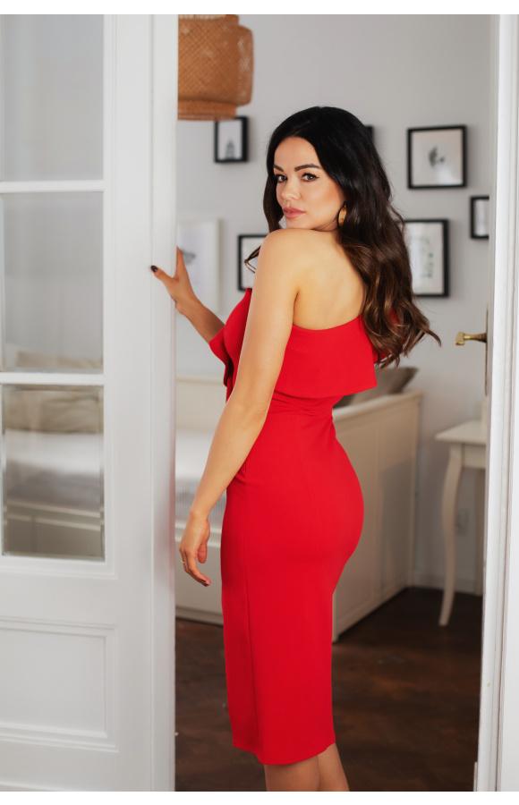 Czerwona sukienka o dopasowanym kroju, z falbaną u góry i odsłoniętym ramieniem.