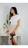 Biało-beżowa sukienka z asymetryczną spódnicą, z odcięciem pod biustem i z ozdobnym paskiem.