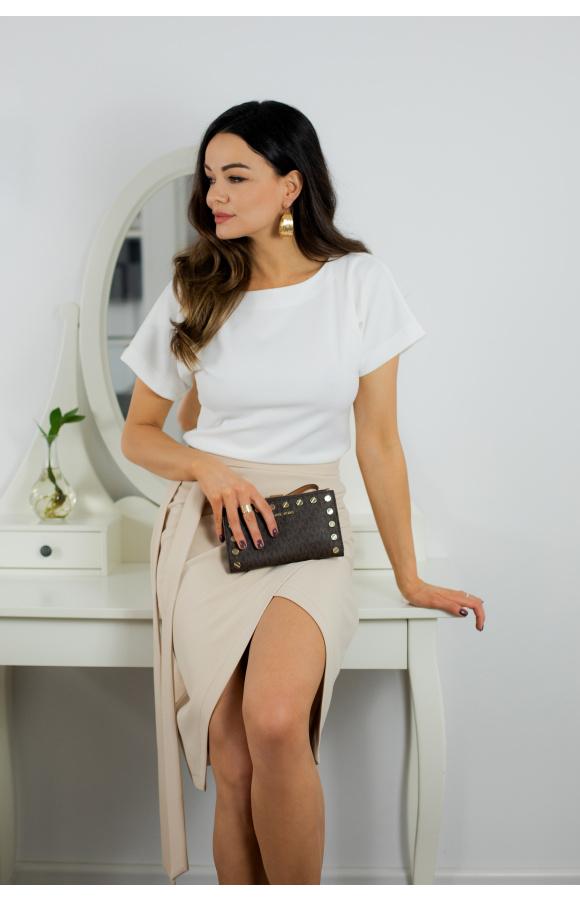 Elegancka, dwukolorowa sukienka z asymetrycznym dołem i ozdobnym paskiem.