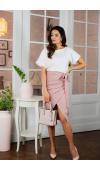 Modna sukienka o niebanalnym kroju z asymetrycznym dołem, w pięknym, biało-różowym kolorze.