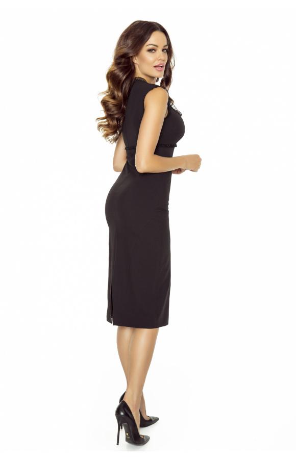 Sukienka na szerokich ramiączkach i z kwadratowym dekoltem atrakcyjnie podkreśla biust.