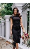 Elegancka, czarna sukienka midi bez rękawów. Falbany przy ramionach i w dole dodają jej charakteru.
