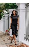 Idealnie opięta, czarna sukienka to ponadczasowy fason na dowolną okazję, także formalną.