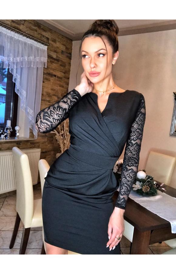 Uniwersalny fason sukienki doskonale prezentuje się w wersji plus size.
