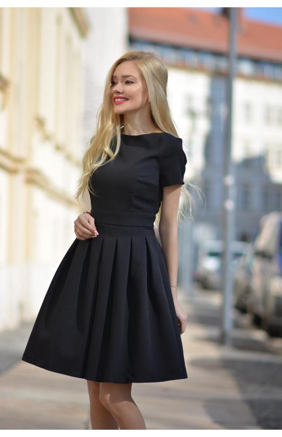 W zależności od doboru dodatków, sukienka sprawdzi się jako strój formalny lub imprezowy.