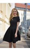 Stylowa, czarna mini sukienka z krótkim rękawem.
