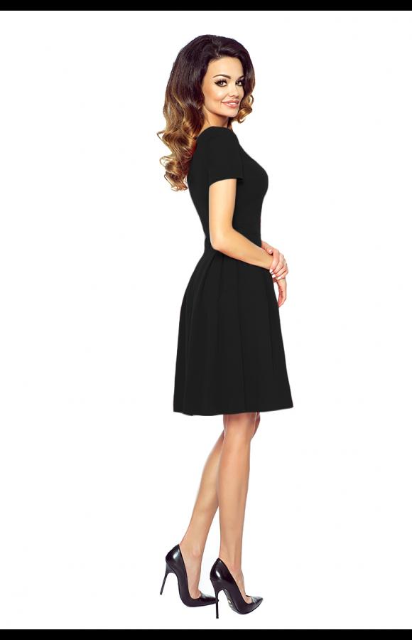 Rozkloszowana sukienka mini to strój na co dzień, do pracy, na studniówkę i przyjęcia różnego typu.