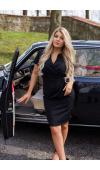 Czarna sukienka z krótkim rękawem, która celuje w ponadczasowe trendy.