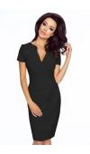 Sukienka o nieskomplikowanym kroju świetnie sprawdzi się jako strój formalny.