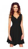 Czarna sukienka koktajlowa o długości mini, cudownie podkreślająca biust.