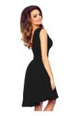 Klasyczna, czarna sukienka mini jest idealna na wieczorne wyjścia i wiele uroczystości.