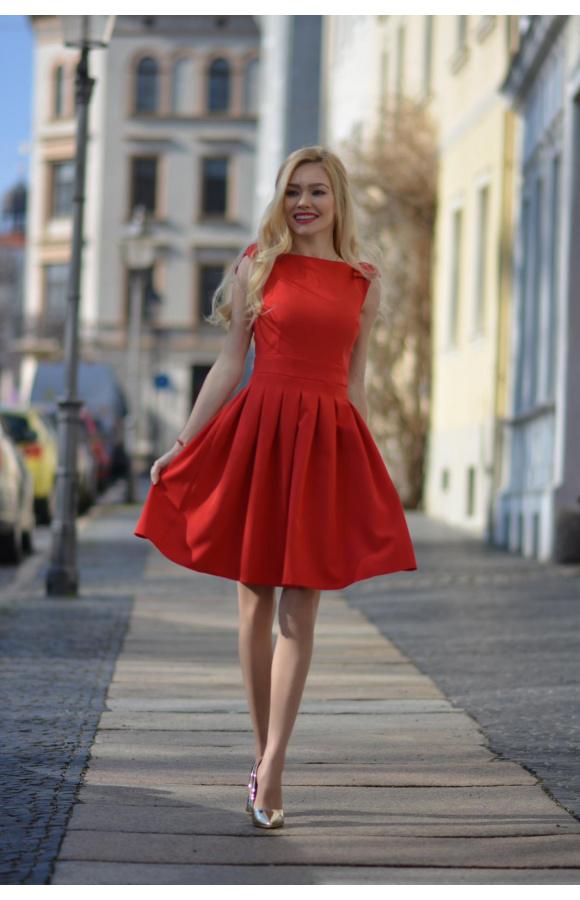 Piękna, czerwona sukienka mini o kroju w litery kształcie A.