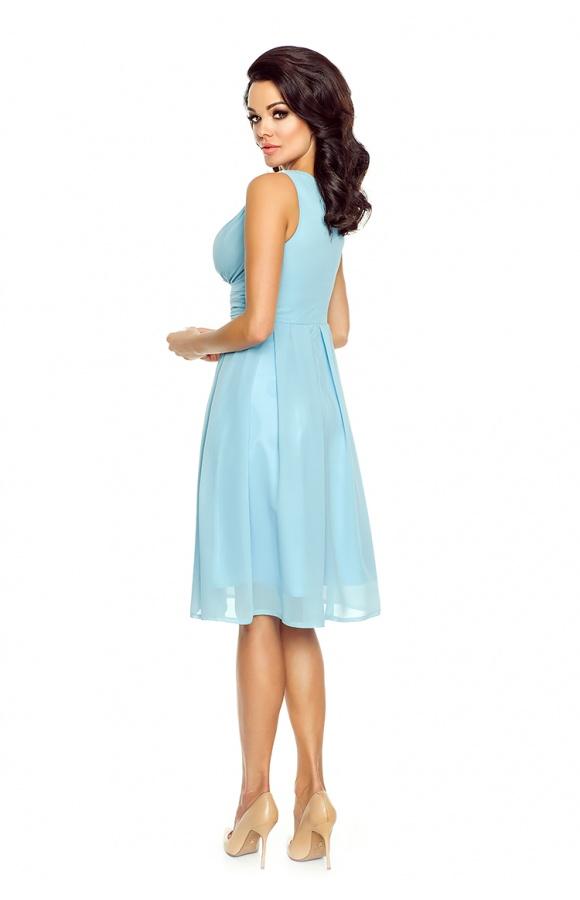 Sukienka z kopertowym dekoltem ma pas w talii, który oddziela górę od rozkloszowanego dołu.