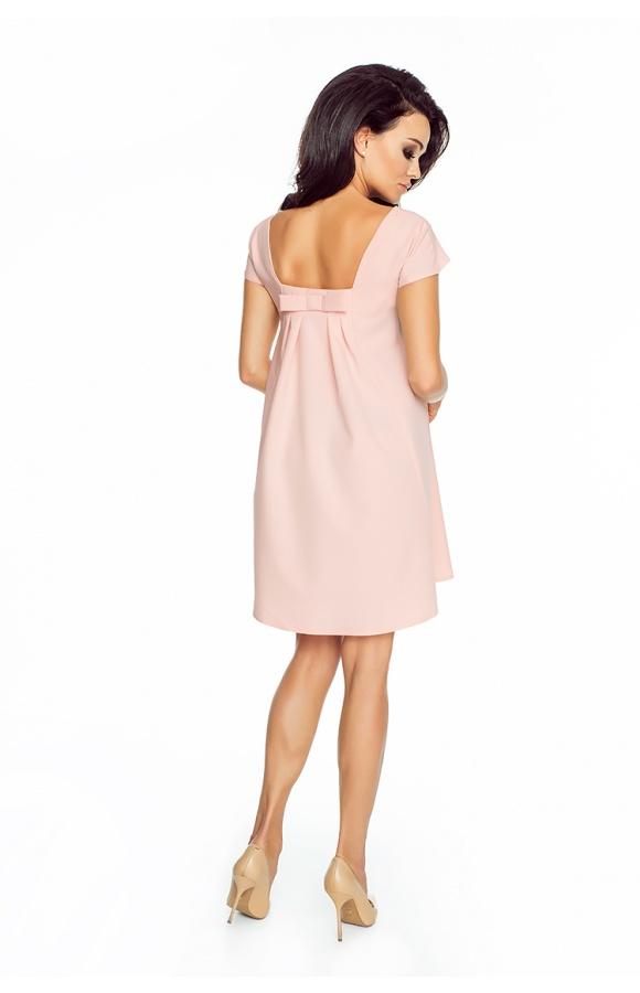 Minimalistyczna sukienka trapezowa z krótkim rękawem w modnym odcieniu pudrowego różu.