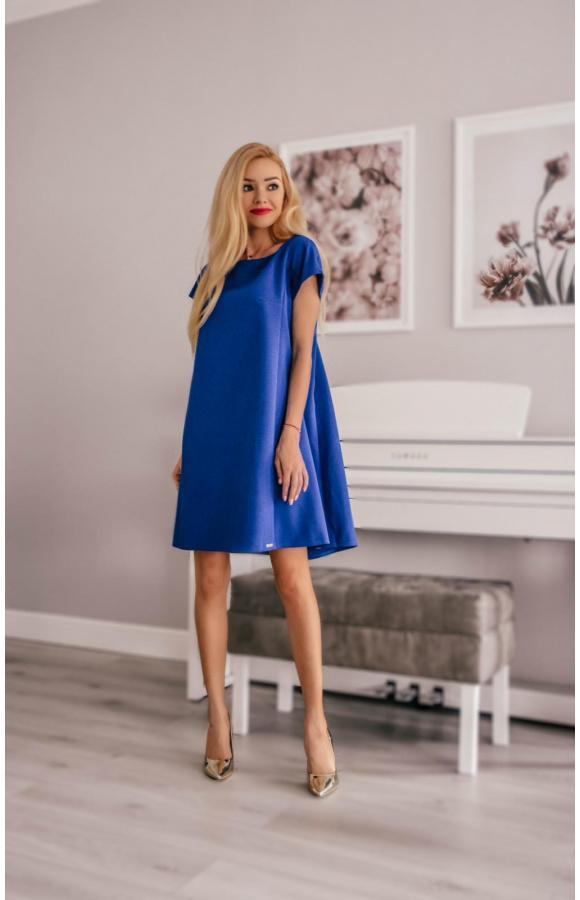 Wyrazisty odcień sprawia, że sukienka pięknie komponuje się z jasnymi dodatkami.