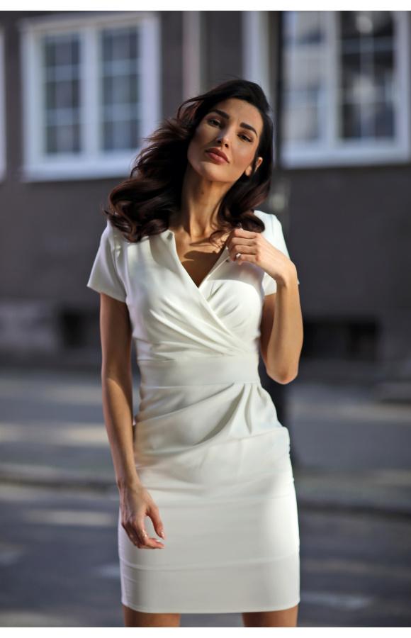 Elegancka i zmysłowa sukienka w kolorze kremowym. Doskonała do pracy i na wyjścia prywatne.