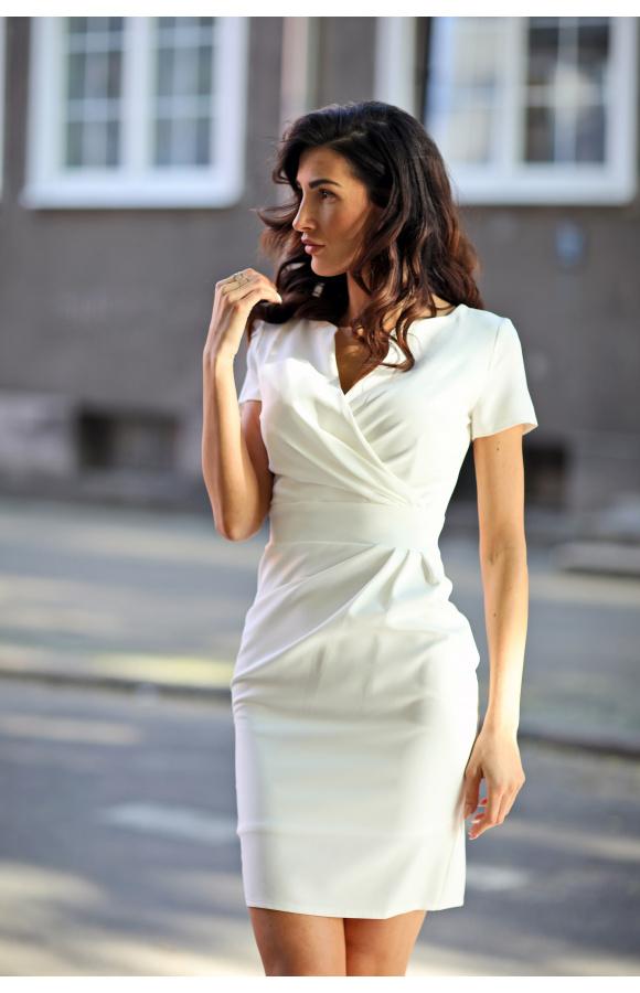 Klasyczna sukienka mini z krótkim rękawem i kopertowym dekoltem. Pięknie podkreśla talię.