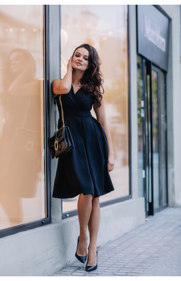 Koktajlowa sukienka bez rękawów na wiele okazji. Luźny krój i czarny kolor dodają uniwersalności.