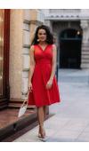 Lekka, czerwona koktajlowa sukienka bez rękawów i z dekoltem w kształcie V.