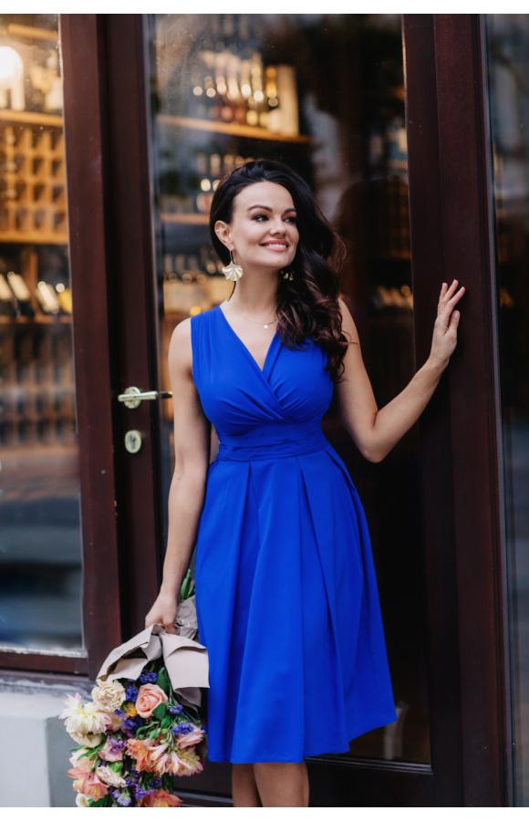 Zachwycająca odcieniem indygo sukienka bez rękawów i z odciętą w pasie, rozkloszowaną spódnicą.