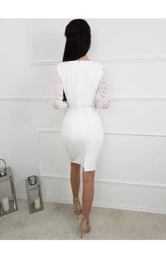 Koronkowe rękawy to zaskakujący element ozdobny, współgrający z gładką tkaniną sukienki.