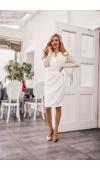 Biała sukienka o eleganckim kroju sprawdzi się podczas ważnych uroczystości, np. ślubu cywilnego.