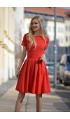 Czerwona, rozkloszowana sukienka o ponadczasowym kroju i długości do kolan.