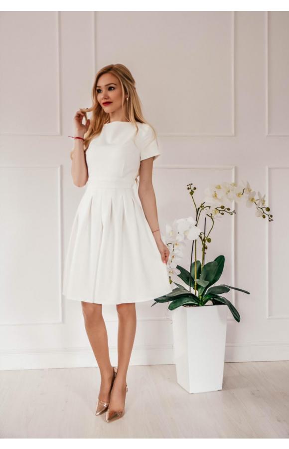 Ponadczasowa sukienka o wyjątkowo kobiecym, delikatnym designie.