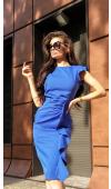 Sukienka bez rękawów i bez dekoltu, z efektownym drapowaniem, które może ukryć większy brzuszek.