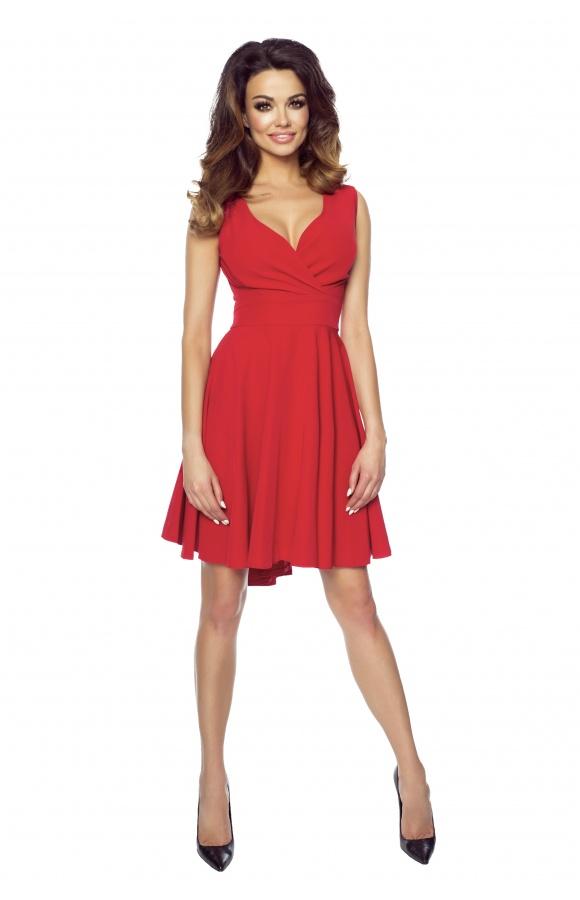 Czerwona, koktajlowa sukienka z asymetrycznym dołem.