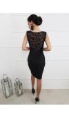 Precyzyjne, koronkowe wstawki z przodu i z tyłu dodają sukience elegancji.