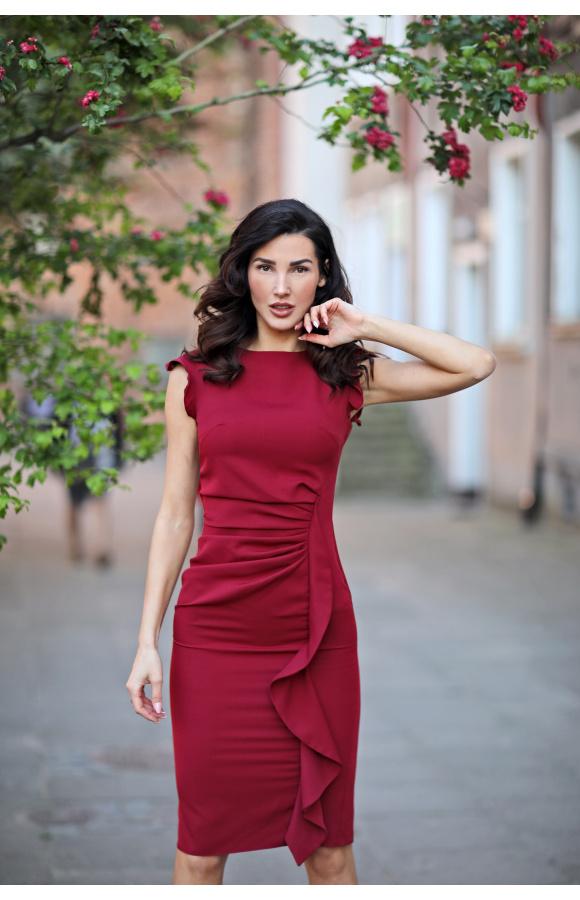 Cudownie dopasowana do sylwetki, prosta sukienka do kolana z zachwycającymi zdobieniami.