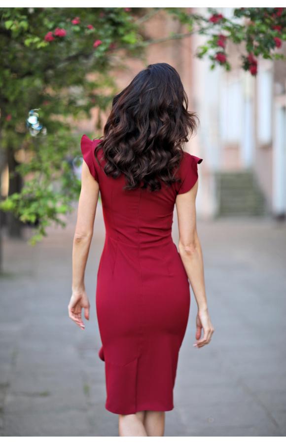 Bordowa sukienka midi sprawdzi się jako strój do pracy, wyjściowy i imprezowy.