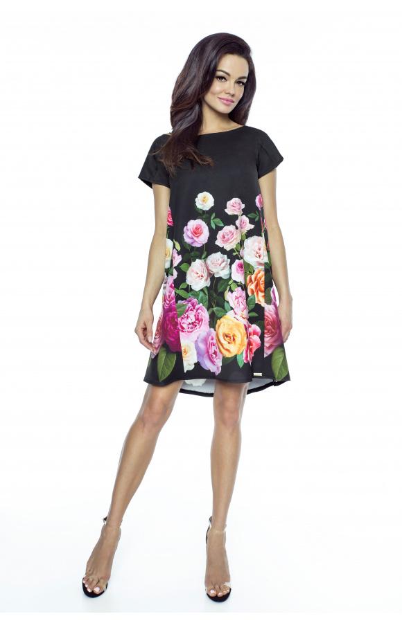 Długość mini została elegancko zrównoważona minimalnym dekoltem i krótkimi rękawami.