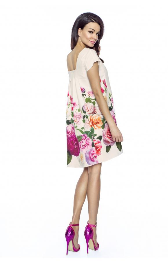Urocza sukienka mini o wygodnym, trapezowym kroju i kwiatowym wzorze.