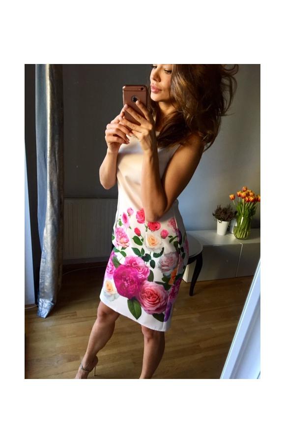 Wspaniale dopasowana do sylwetki sukienka przed kolano z zachwycającym, kwiatowym printem.