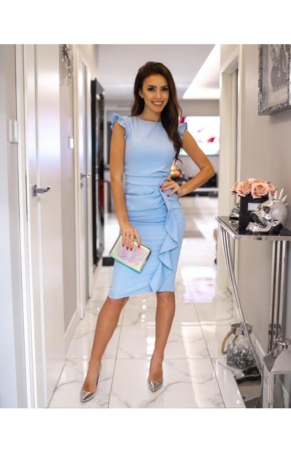Stylowa, błękitna sukienka do kolan. Fason bez rękawów i z minimalnym, prostym dekoltem.