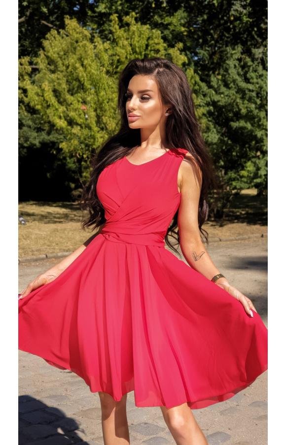 Fason mini bez rękawów doskonale nadaje się na lato. Krój typowej sukienki koktajlowej.