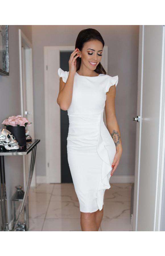 Elegancka, kremowa sukienka midi. Jest dopasowana do sylwetki, a zamiast rękawów ma ozdobne falbany.