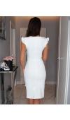 Sukienka o fasonie podkreślającym figurę i optycznie wydłużającym nogi dzięki pionowej falbanie.