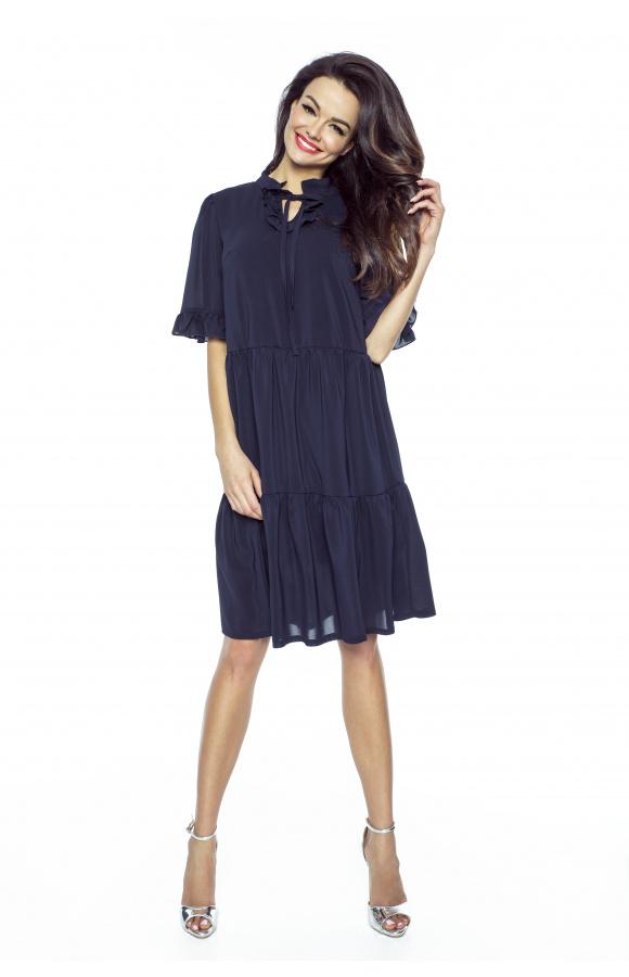Krótki, luźny rękaw pasuje do obniżonego stanu sukienki, tworząc idealnie skomponowaną całość.