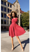 Wiązana z tyłu szarfa wspaniale odcina sukienkę w pasie i podkreśla talię.