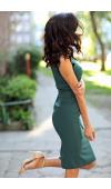 Opięta sukienka do kolan z zaskakującym zdobieniem zamiast rękawów i z falbaną od pasa w dół.