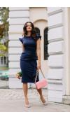 Idealnie dopasowana, granatowa sukienka midi jest wspaniałym pomysłem na elegancki outfit wyjściowy.