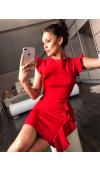 Czerwona sukienka mini o doskonale dopasowanym kroju, eksponującym zalety figury.