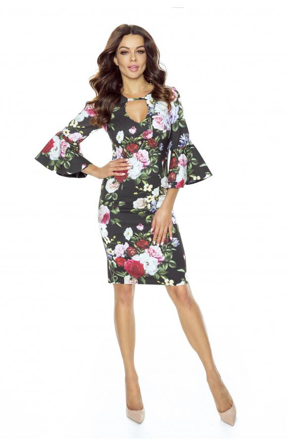 Stylowa sukienka nad kolano pokryta zachwycającym, kwiatowym printem na czarnym tle.