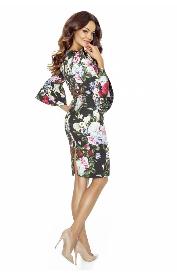 Rękawy o długości ¾ mają rozkloszowany fason, będąc kontrastem dla dopasowanego kroju sukienki.