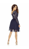 Sukienka z pięknym, przednim i tylnym dekoltem w szpic i z odciętą w talii, rozkloszowaną spódnicą.